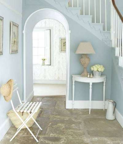 голубой интерьер коридора с лестницей прованс