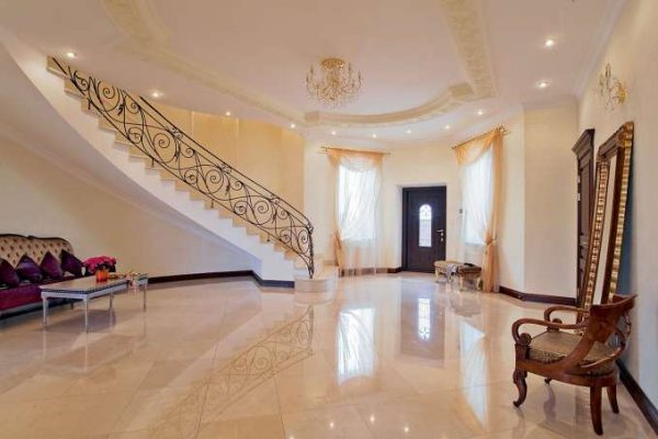 холл с лестницей в классическом стиле