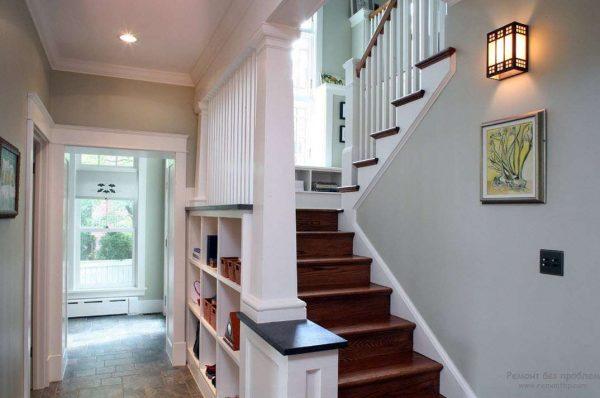 коридор с лестницей в минималистическом стиле