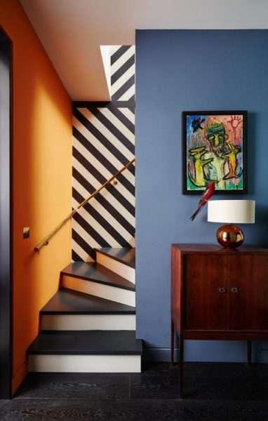 разноцветные стены коридора с лестницей