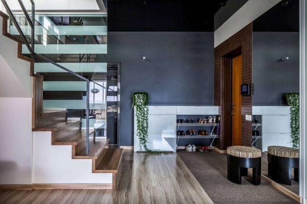 модерн в коридоре с лестницей