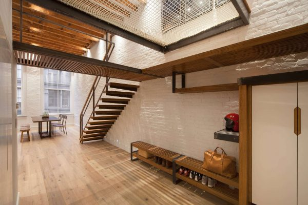 коридор с лестницей с деревянным оформлением