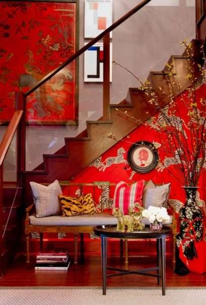 красный интерьер коридора с лестницей