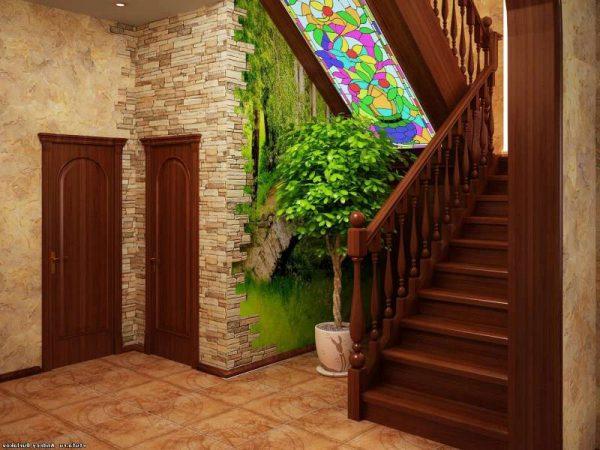 деревянная лестница в коридоре частного дома