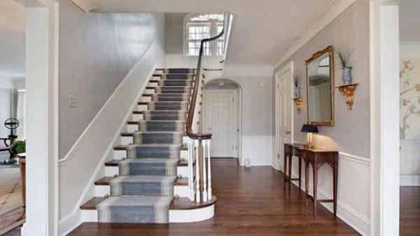 светлый интерьер коридора с лестницей