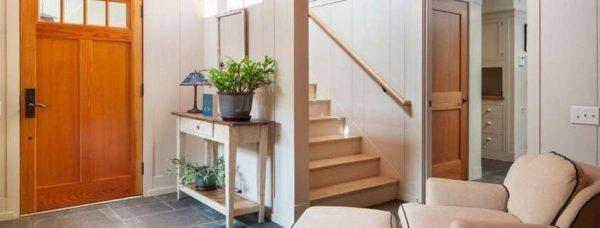 интерьер коридора с лестницей