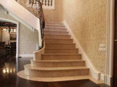 лестница из мрамора в коридоре дома