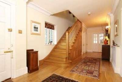 деревянная лестница в коридоре дома