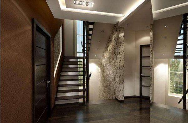 просторный холл с лестницей в доме
