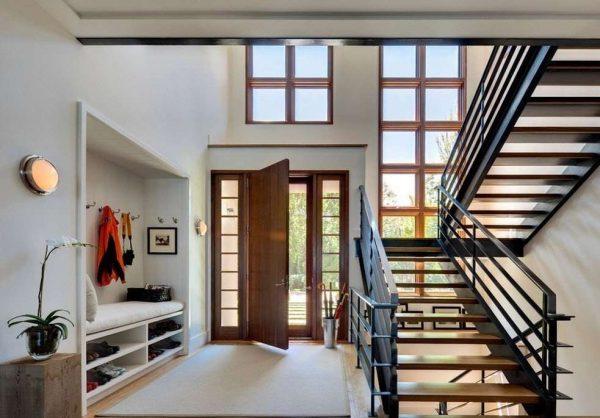 стильный интерьер коридора с лестницей
