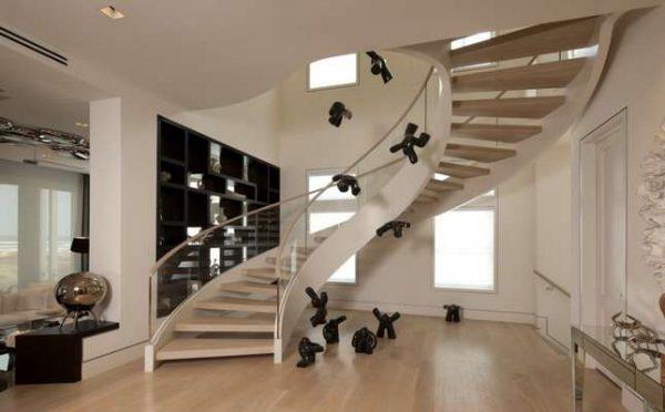 витая лестница в коридоре дома