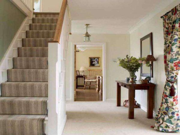 деревенский стиль в коридоре частного дома с лестницей