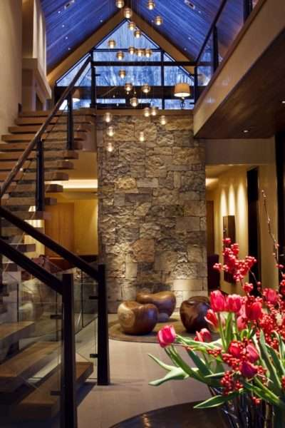 натуральный камень в коридоре частого дома