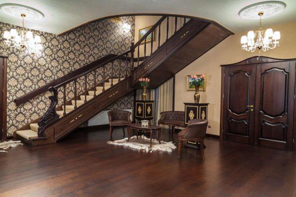 классика в коридоре с лестницей