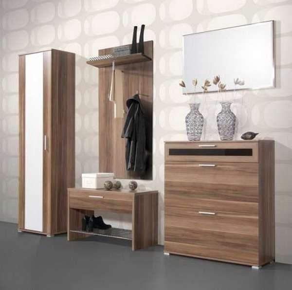 светлые обои в прихожей с деревянной мебелью