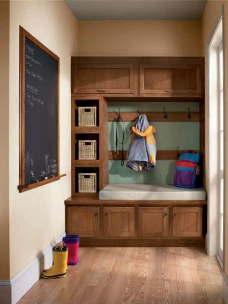 деревянный шкаф в прихожей в классическом стиле