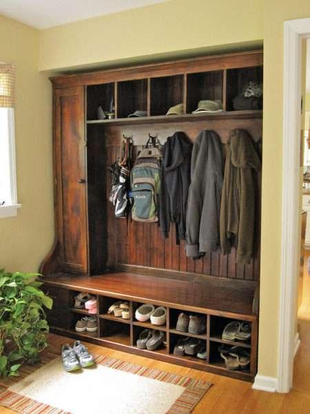 шкаф из дерева в прихожей в классическом стиле