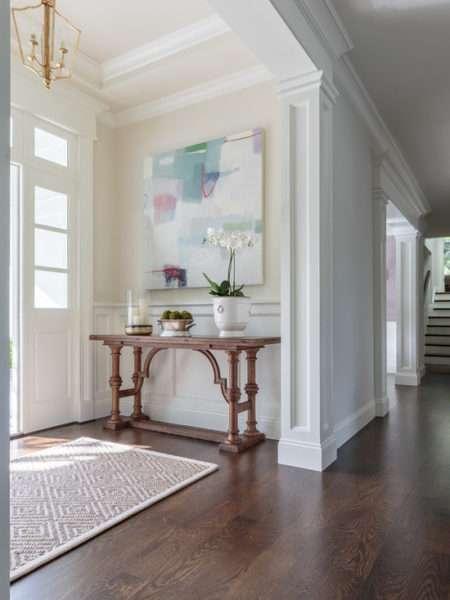 столик в прихожей в классическом стиле