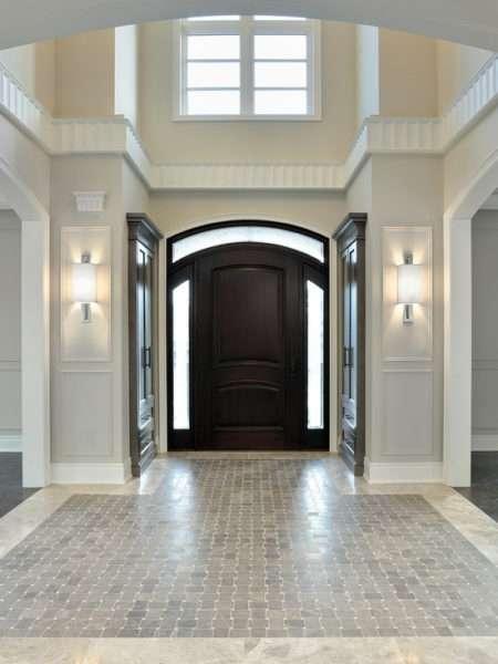 просторный коридор в классическом стиле