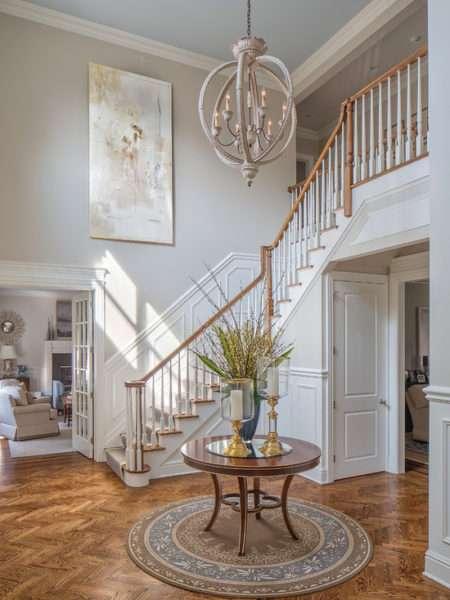 лестница в прихожей в классическом стиле