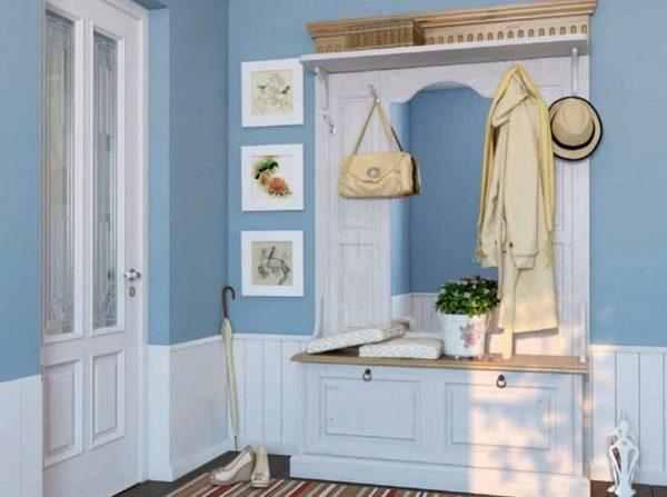 голубые стены и белый шкаф в прихожей в стиле кантри