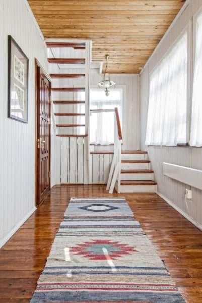 деревянная отделка прихожей в стиле кантри