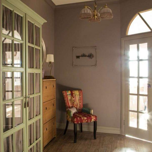 оливковый шкаф в прихожей в стиле кантри