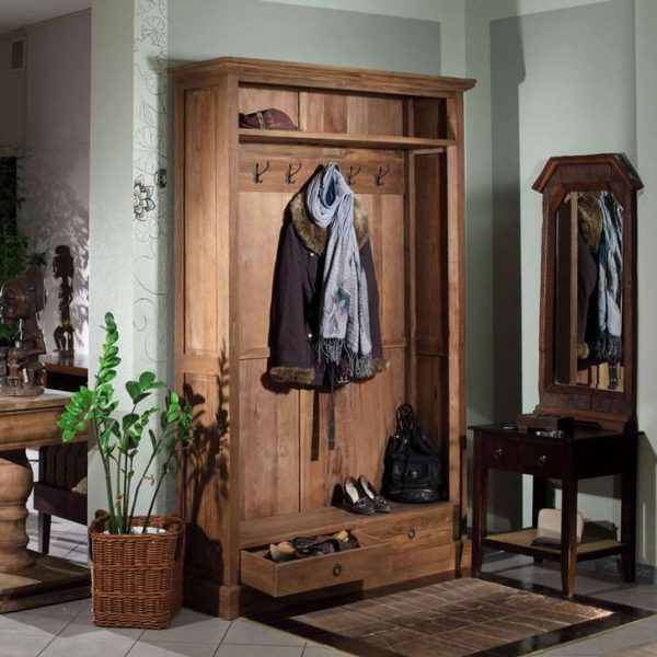 деревянный шкаф в прихожей в стиле кантри
