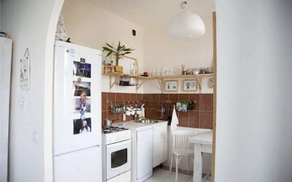 арка простой формы из гипсокартона на кухню