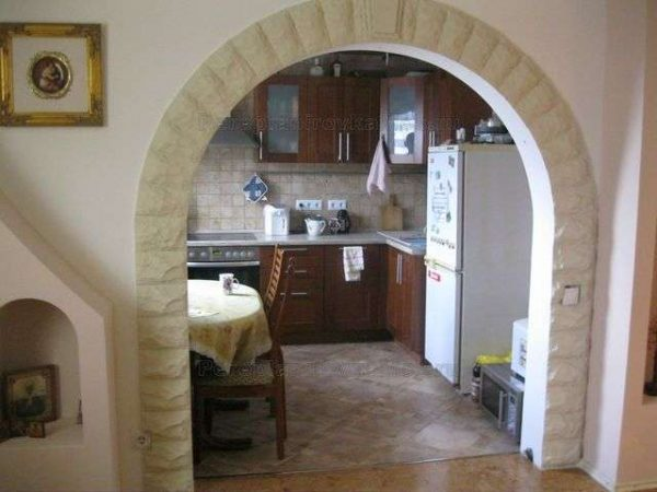 арочный проём простой формы из гипсокартона на кухню