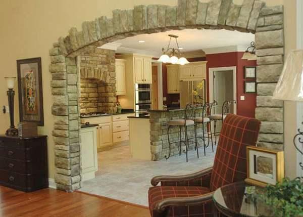 арка с декором из плитки под кирпич из гипсокартона на кухне