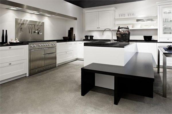 белая кухня с чёрной столешницей с хромированным фартуком