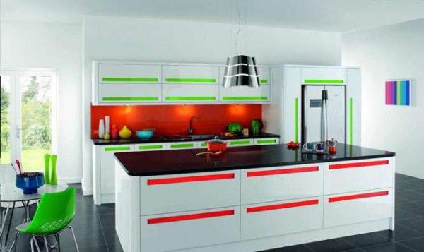 белая кухня с чёрной столешницей с яркими вставками