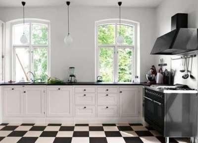 белая кухня с чёрной столешницей у окна