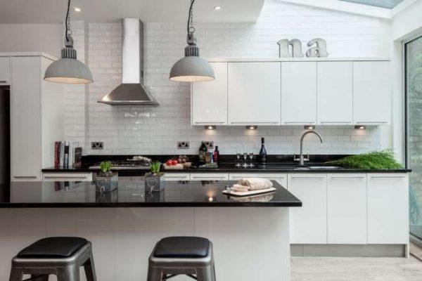 чёрная столешница с белой кухней и островной зоной