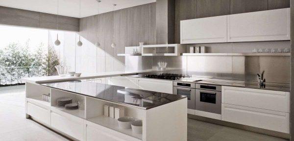 просторная белая кухня с чёрной столешницей