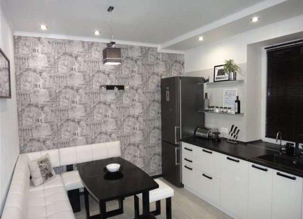 белая кухня с чёрной столешницей и серой стеной