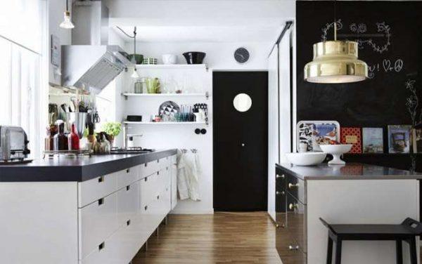 белая кухня с чёрной столешницей с декором
