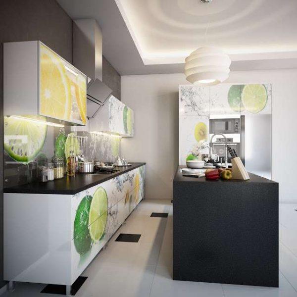 белая кухня с чёрной столешницей и рисунком на фасадах