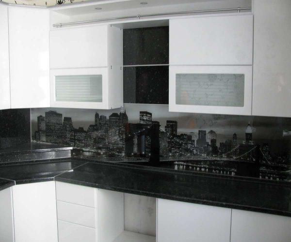 чёрная столешница с фартуком с ночным городом на белой кухне