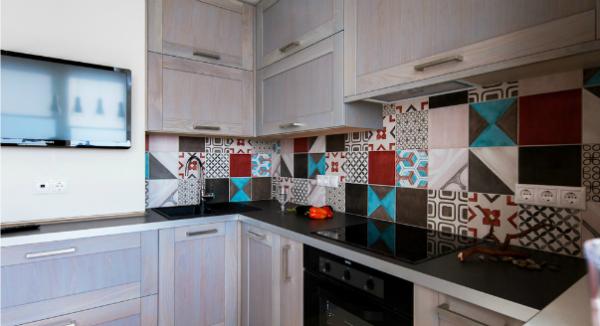стильный фартук на кухне с чёрной столешницей