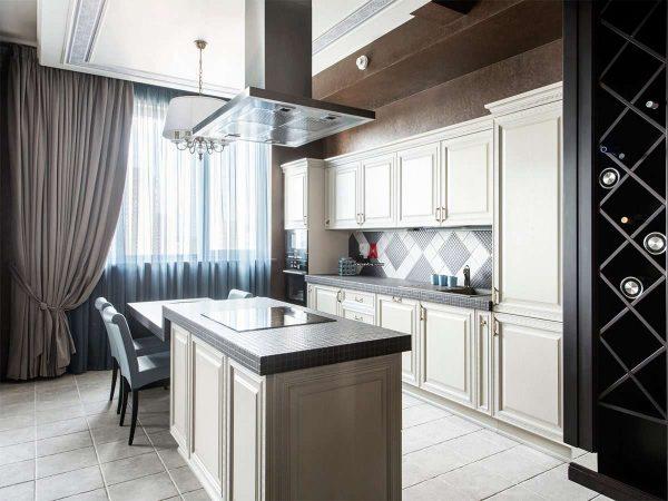 чёрная столешница на белой кухне с бежевыми шторами