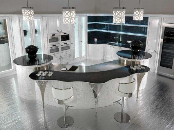 белая кухня с чёрной столешницей и круглыми столами