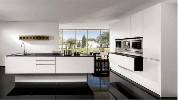белая кухня с чёрной столешницей и чёрными полами