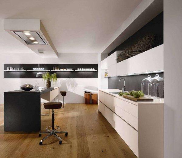 бежевая кухня с чёрным столом