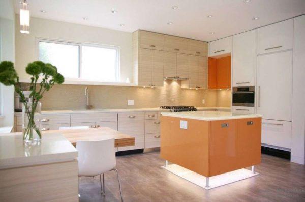 гармоничное сочетание бежевого и оранжевого цвета на кухне