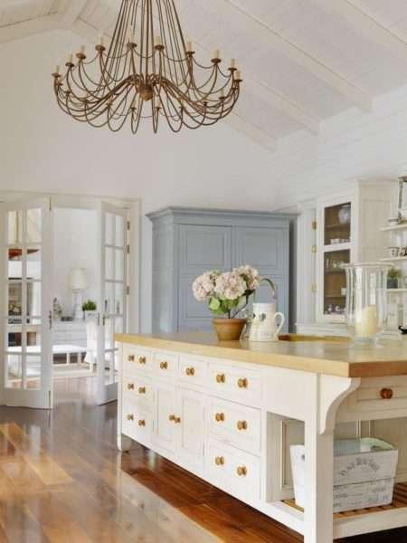 серый шкаф на бежевой кухне