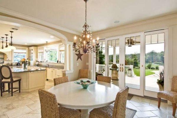 бежевая кухня в частном доме