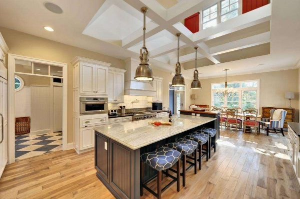 просторная бежевая кухня с островным столом