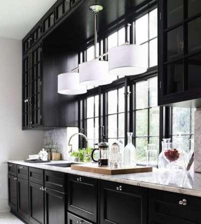 интерьер чёрной кухни со шкафами вокруг окна